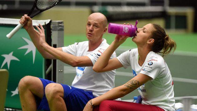 ČEská reprezentantka Karolína Plíšková a nehrající kapitán fedcupového týmu Petr Pála před duelem se Španělskem.