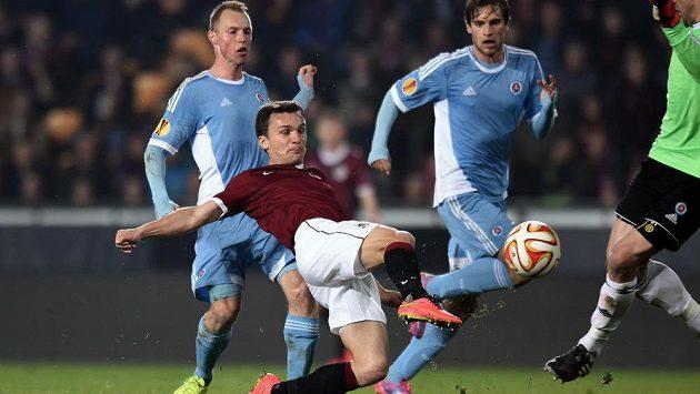 Útočník Sparty David Lafata střílí úvodní gól utkání základní skupiny Evropské ligy proti Slovanu Bratislava.