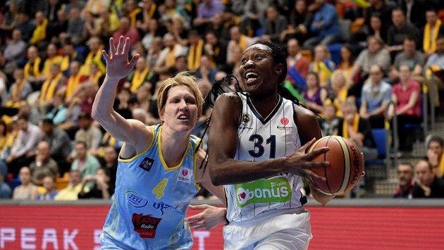 Basketbalistka USK Praha Jan Veselá (vlevo) brání Tinu Charlesovou z Fenerbahce. Ilustrační snímek.
