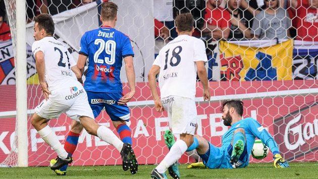 Brankář Plzně Matúš Kozáčik inkasuje gól od Filipa Kubaly ze Slovácka (vlevo), přihlíží jeho spoluhráč Lukáš Sadílek.
