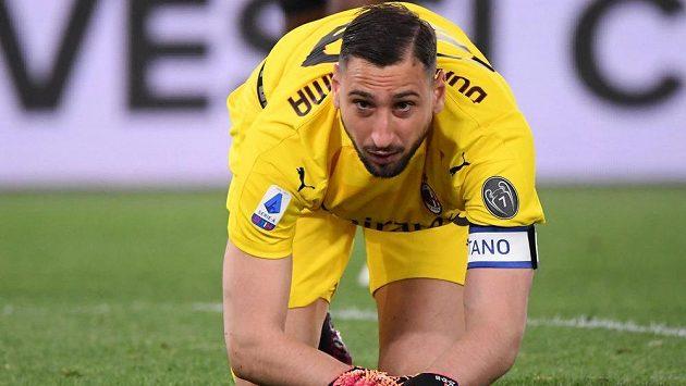 Skupina fanoušků AC Milán konfrontovala na tréninkovém hřišti brankáře Gianluigiho Donnarummu, jemuž v klubu v červnu končí smlouva a ještě se nedohodl na nové.