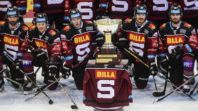 Hráči Sparty se fotografují s Prezidentským pohárem pro vítěze základní části extraligy.