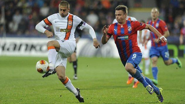 Stanislav Tecl z Plzně (vpravo) a Jaroslav Rakickyj z Šachtaru v utkání Evropské ligy.