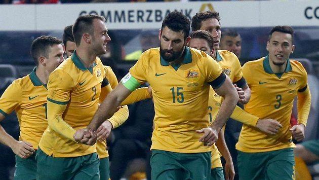 Australan Mile Jedinak (uprostřed) slaví se spoluhráči gól, který vstřelil v přípravném utkání Německu.