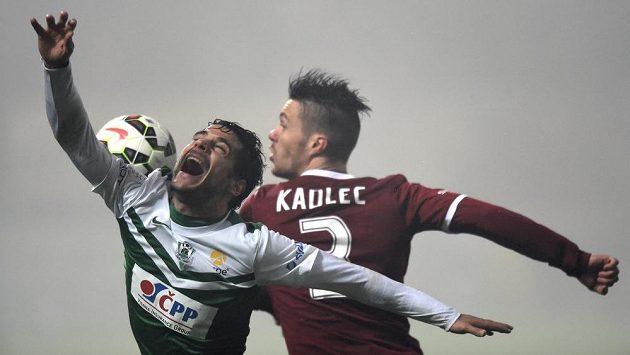 Jablonecký obránce Jose Romera a Václav Kadlec ze Sparty bojují o míč.