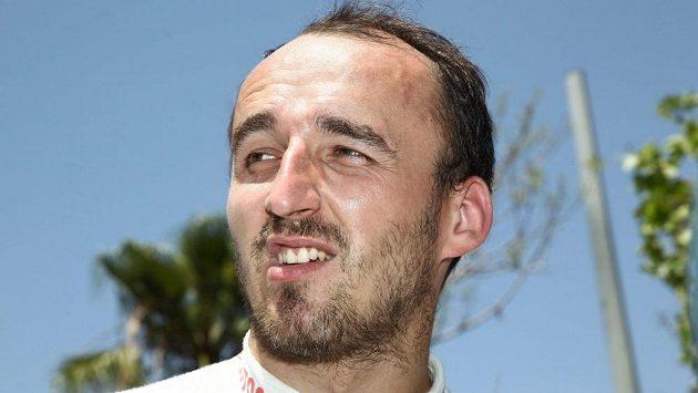 Robert Kubica mhouří zrak v ostrém slunci při červnové Italské rallye na Sardinii.