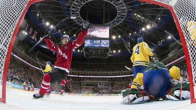 Kanaďan Jason Spezza (vlevo) oslavuje rozhodující gól Tylera Ennise proti Švédsku na MS v Praze.