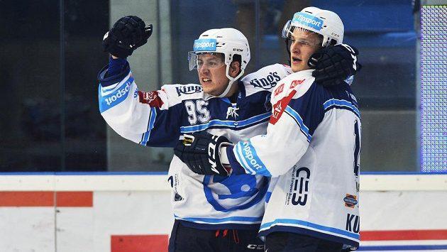 Plzeňský Miroslav Indrák (vlevo) se raduje z gólu se spoluhráčem Dominikem Kubalíkem - ilustrační foto.