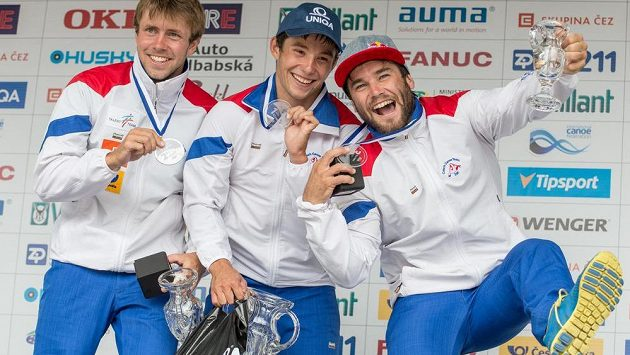 Čeští slalomáři na stupních vítězu (zleva): Ondřej Tunka (druhé místo), Jiří Prskavec (vítěz) a Vavřinec Hradilek ve finále K1 muži během Světového poháru ve vodním slalomu na kanále v pražské Tróji.