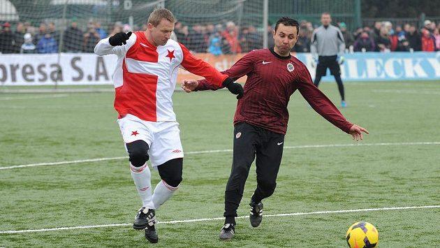 Internacionál Slavie Praha Stanislav Vlček (vlevo) a Antonín Mlejnský ze Sparty během tradičního Silvestrovského derby mezi týmy AC Sparta Praha a SK Slavia Praha.