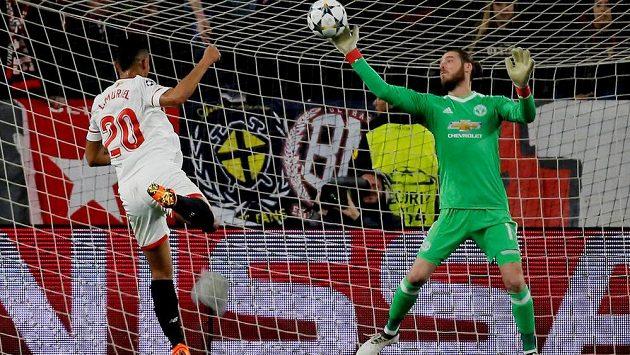 Luis Muriel ze Sevilly a brankář Manchesteru United David de Gea, který měl hlavní zásluhu na bezgólové remíze v prvním osmifinále.
