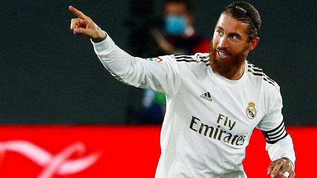 Zadák Realu Madrid Sergio Ramos oslavuje svoji trefu proti Mallorce.