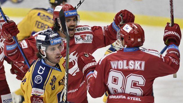 Matěj Stránský a Wojciech Wolski z Třince se radují z gólu v duelu se Zlínem.