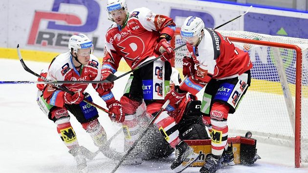 Hokejisté Pardubic (zprava) Juraj Mikuš, Jan Zdráhal a Robert Říčka.