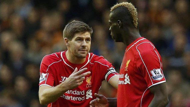 Kapitán Liverpoolu Steven Gerrard (vlevo) v diskuzi s útočníkem Mariem Balotellim v zápase s Hull City.