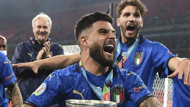 Jásající Ital Lorenzo Insigne s trofejí.