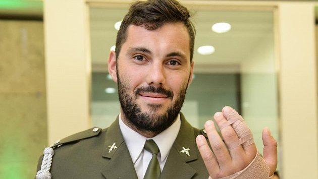 Kajakář Josef Dostál a jeho zraněná ruka během vyhlášení ankety Armádní sportovec roku 2017 v Praze.