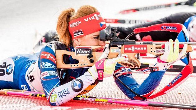 Biatlonistka Gabriela Koukalová během střelby při sprintu v Oslu. Ve své biografii si vzala na mušku bývalou kolegyni Veroniku Vítkovou.