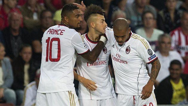 Fotbalisté AC Milán Kevin Prince Boateng (první zleva), Stephen El Shaarawy (uprostřed) a Nigel de Jong slaví gól na hřišti Eindhovenu.