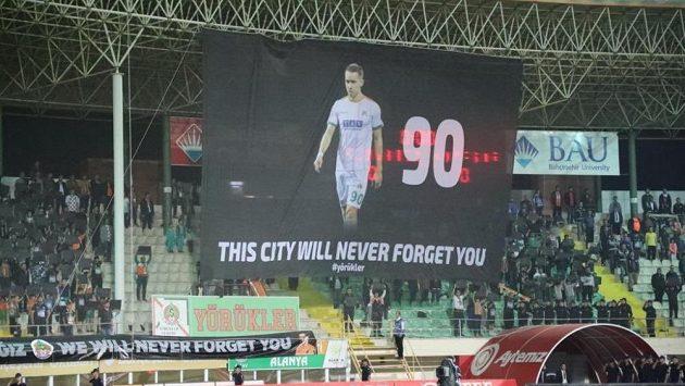 Alanyaspor si před zápasem 31. kola turecké ligy proti Konyasporu připomněl památku tragicky zesnulého spoluhráče Josefa Šurala.