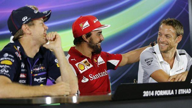Fernando Alonso (uprostřed) a Jenson Button (vpravo). V Abú Zabí ještě soupeři, nyní již parťáci v týmu McLaren.