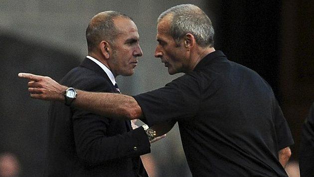 Manažer Sunderlandu Paolo Di Canio (vlevo) a rozhodčí Martin Atkinson.