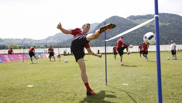 Bořek Dočkal při nohejbalovém klání na tréninku české fotbalové reprezentace v Kranzachu.