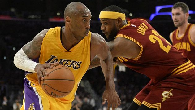 Basketbalista Los Angeles Lakers Kobe Bryant (vlevo).