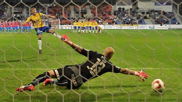 Admir Ljevakovič z Teplic dává rozhodující gól zápasu, uprostřed je překonaný brankář Plzně Petr Bolek.