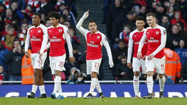 Alexis Sánchez oslavuje vítězný gól Arsenalu v FA Cupu proti Burnley.