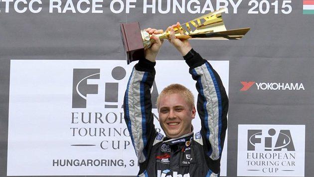 Michal Matějovský s trofejí pro vítěze.