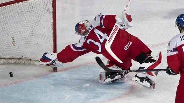 Brankář české reprezentace Petr Mrázek inkasuje smolný gól od Švýcarů.