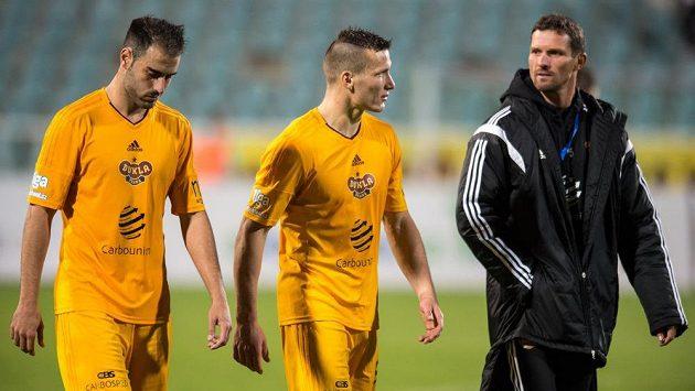 Néstor Albiach (vlevo), Lukáš Štětina a trenér Dukly Praha Jaroslav Hynek po remíze s Libercem