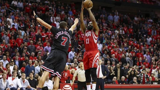 James Harden střílí v zápase s Chicagem Bulls.