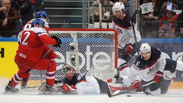 Čeští hokejisté Radek Faksa a Martin Zaťovič (vpředu) před americkou brankou.