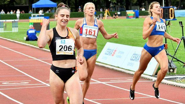 Lada Vondrová a její radost po vítězství v závodě na 200 metrů.