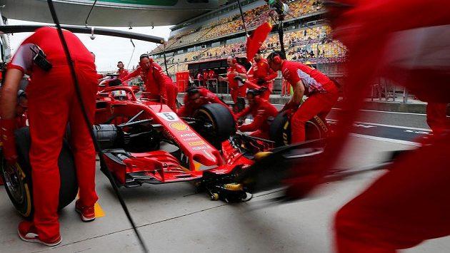 Mechanici Ferrari při výměně pneumatik.