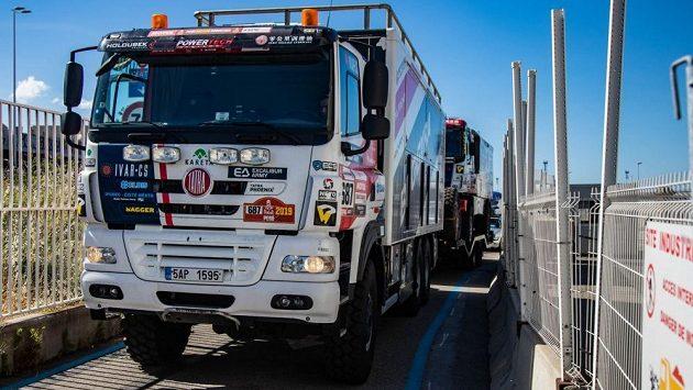 Závodní speciál čekají v Tunisku tisíce ostrých kilometrů.