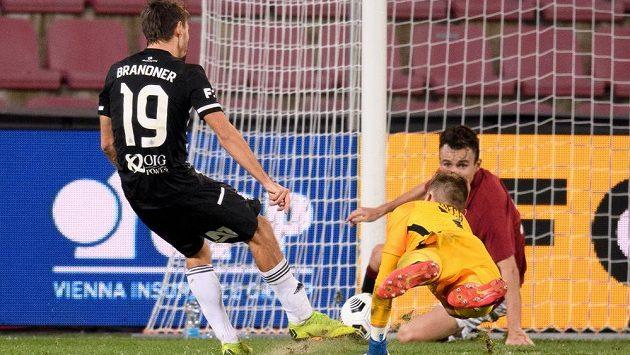 Patrik Brandner z Českých Budějovic střílí gól na 4:2 v utkání 8. kola Fortuna ligy proti pražské Spartě.