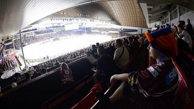 Příznivci Sparty sledují poslední zápas svého mužstva v holešovické hale.