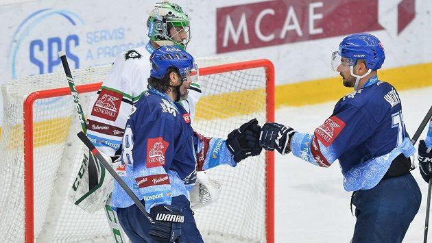 Autor prvního gólu Kladna Jakub Valský (vpravo) se raduje s Jaromírem Jágrem.
