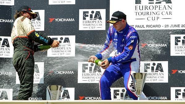 Michal Matějovský (vlevo) se sprchuje na stupních vítězů v Le Castellet se Švýcarem Petrem Riklim.