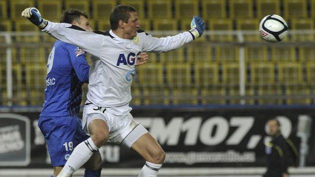 Brankář Teplic Tomáš Grigar likviduje šanci Liberce.