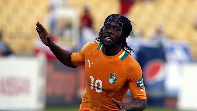 Gervinho z Pobřeží slonoviny se raduje z gólu.