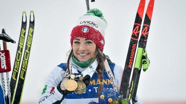 Dorothea Wiererová z Itálie se sbírkou medailí z MS v Östersundu.