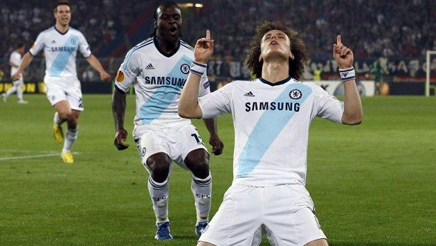 David Luiz (vpředu) z Chelsea oslavuje svoji vítěznou trefu v prvním semifinále Evropské ligy proti Basileji.