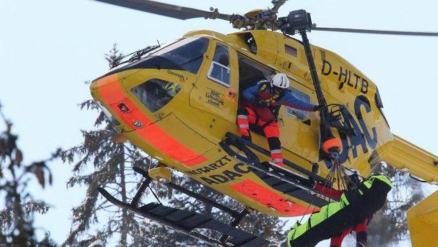 Záchranáři transportují zraněnou italskou sjezdařku Danielu Merighettiovou do nemocnice.