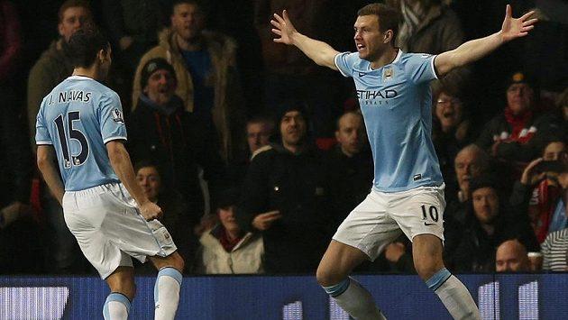 Útočník Manchesteru City Edin Džeko (vpravo) slaví se spoluhráčem Jesúsem Navasem gól proti Manchesteru United.