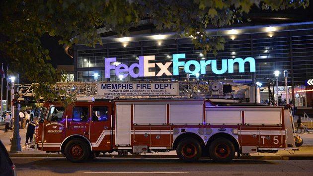 Hasiči před halou FedExForum v Memphisu.