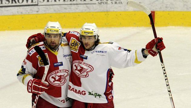 Slávistický útočník Lukáš Krenželok (vlevo) slaví s obráncem Michalem Kempným gól do sítě Chomutova.